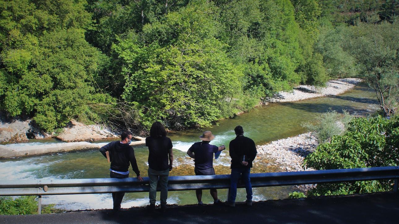 Técnicos Life DIVAQUA junto al río